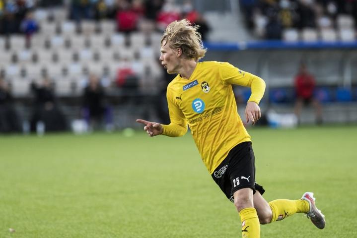 KuPS:n Urho Nissilä tuuletti toista maaliaan jalkapallon Veikkausliigan ottelussa HIFK-KuPS Helsingissä viime sunnuntaina. LEHTIKUVA / RONI REKOMAA