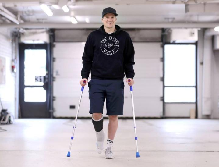 Akillesjänneoperaatiosta toipuvalla Antti Hartikaisella on edessä kova kuntoutus. Arvioiden mukaan mies pystyisi juoksemaan jo noin puolen vuoden päästä. Itse hän ottaa kuitenkin rauhallisesti.