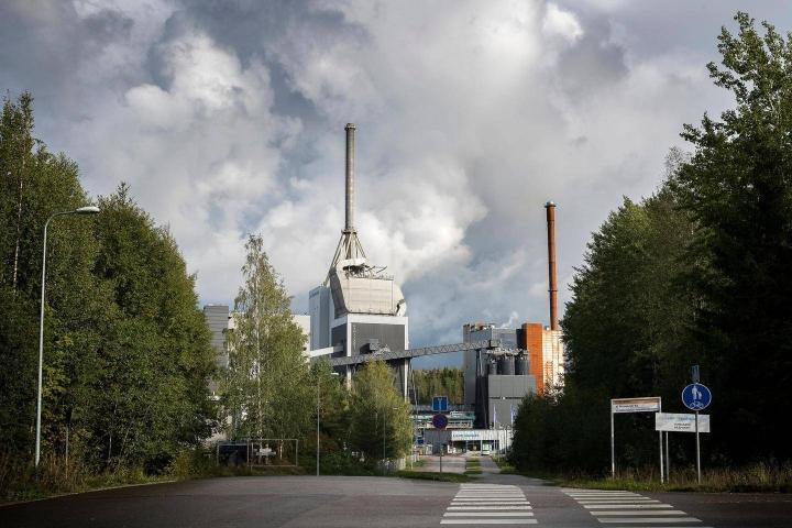 Esimerkiksi Lahdessa kaukolämmön päästöjä on pienennetty siirtymällä kivihiilen käytöstä puu- ja kierrätyspolttoaineisiin.