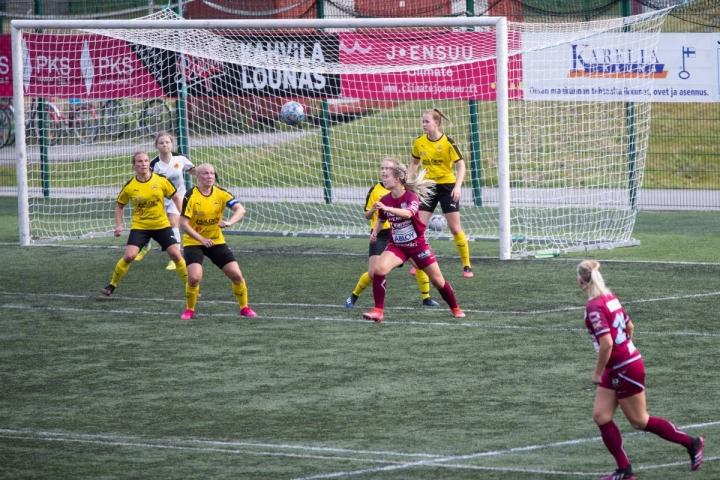 FC Hertta voitti pelin 5-0. FC Hertan Aada Kokko maalinedustalla kärkkymässä palloa, IK Myranin puolustuslinjassa Tina Siekkinen (vas.), maalivahti Fanni Jylhä, Johanna Bäckström, Julia Limnell sekä Ellen Bäck.