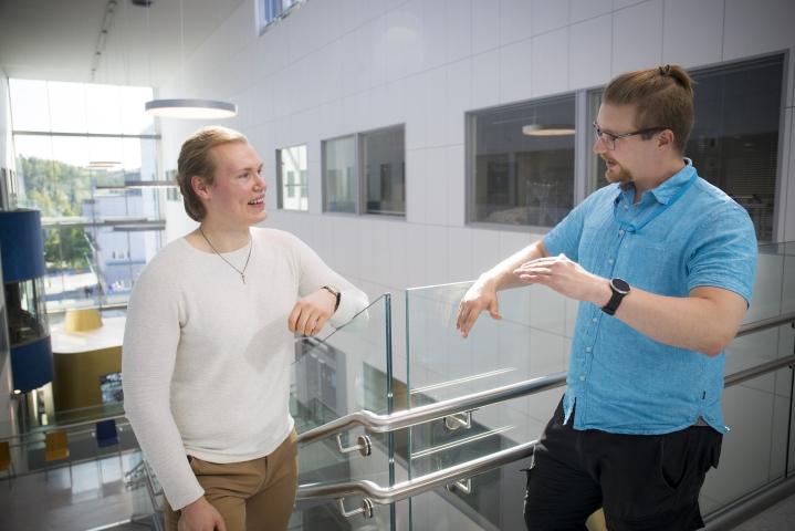 Tuore lääkäri Timo Pitkänen (vas.) ja lääkäriopiskelija Henri Karvinen eivät ole sulkeneet pois terveyskeskuslääkärin työtä, mutta harkitsevat myös muita vaihtoehtoja.