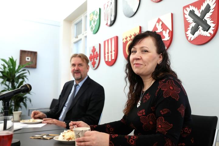 Mervi Hokka (sd) ja Seppo Eskelinen (sd) juhlostivat kesäkuussa Heinävden vaakunan liittämistä Pohjois-Karjalan vaakunariviin.