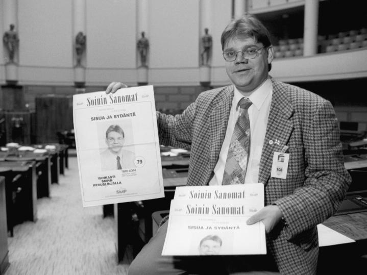 Suomen maaseudun puolueen puoluesihteeri Timo Soini oli ehdolla eduskuntaan vuonna 1995. Kuvassa hän esittelee vaalilehteään. Lehtikuva / Markku Ulander