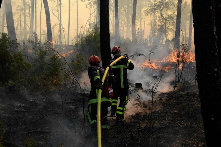Keskiviikkona palo levisi edelleen laajemmalle alueelle, mutta pelastuslaitoksen mukaan tulipaloa yllyttäneet tuulet ovat nyt laantuneet ja lämpötilat laskeneet. LEHTIKUVA / AFP