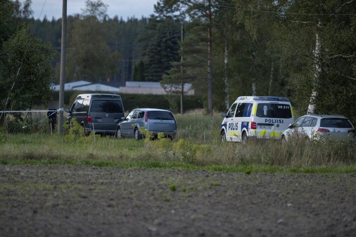 Oikeustieteen tohtori Henrik Rikander sanoo, että suomalainen poliisi käyttää ampuma-asetta todella pidättyväisesti. Kuva Ruskon Vahdolta, jossa poliisia ampunut mies kuoli ja poliisi loukkaantui. LEHTIKUVA / Roni Lehti