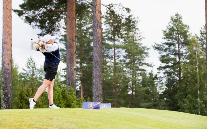 June Weckman, 14, onnistui hienosti Finnish Tourin kilpailussa. Kuva heinäkuulta 2020.