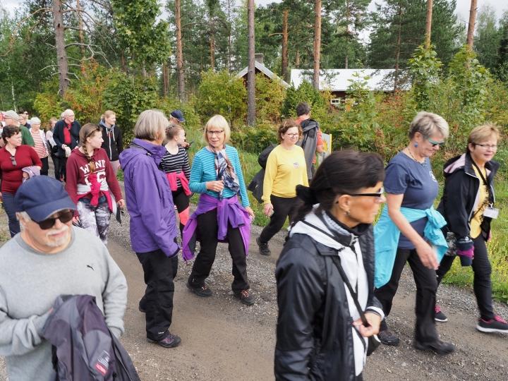 Pave Maijasen muistokierros vei kävelijät muusikon kesäkodin ohi. Taustalla näkyvät Maijasten kesäasunnon ulkorakennukset.