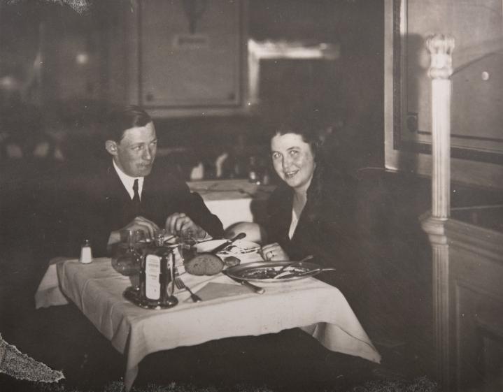 Tuore aviopari Alvar ja Aino Aalto häämatkallaan illallisella Wienissä kohti Venetsiaa lokakuussa 1924. Aallon arkkitehtitoimisto sijaitsi Jyväskylässä 1923-27.