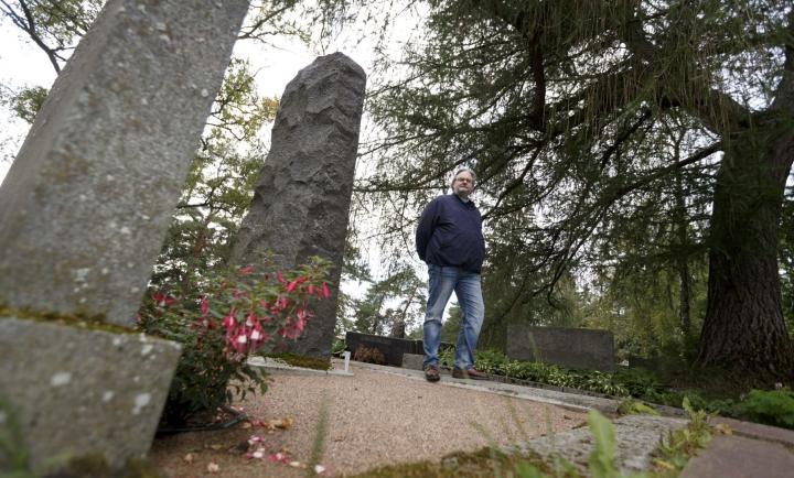 Suomen Sukututkimusseuran toiminnanjohtaja P.T. Kuusiluoma Messukylän hautausmaalla Tampereella elokuussa. LEHTIKUVA / KALLE PARKKINEN