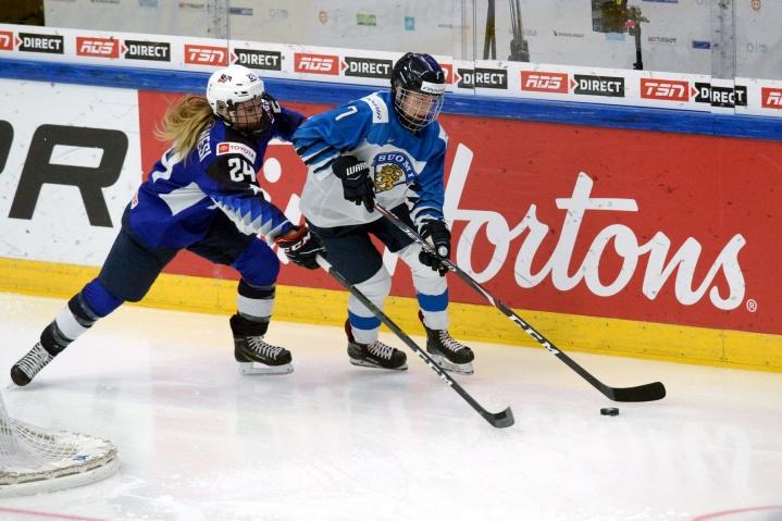 Suomen Nelli Laitinen ja Yhdysvaltain Dani Cameranesi kamppailivat kiekosta ottelun avauserässä. LEHTIKUVA / MIKKO STIG