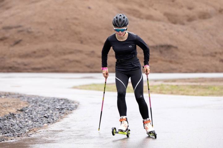 Lunta vasta odotellaan, mutta Maija Boren ahkeroi rullahiihtoharjoituksissa Vuokatin maisemissa.