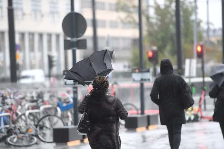 Sateinen ja tuulinen sää jatkuu iltaan ja vielä huomiseen. Lehtikuva / Silja-Riikka Seppälä