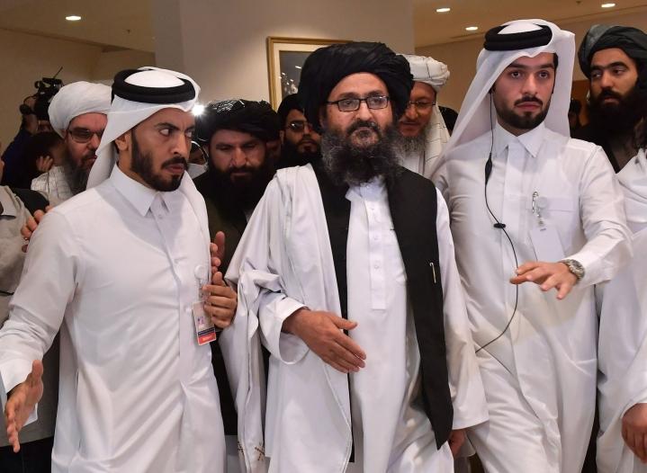 Mullah Abdul Ghani Baradar (keskellä) osallistui Afganistania koskeviin neuvotteluihin Qatarin Dohassa helmikuussa 2020. Nyt hänen kerrotaan palanneen Kabuliin. LEHTIKUVA / AFP