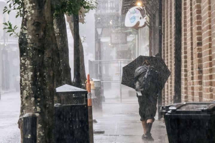 Idan varoitellaan voivan aiheuttaa voimakkaiden puuskien lisäksi myös hengenvaarallisia rannikolle iskeviä myrskyvuoksia. Lehtikuva/AFP