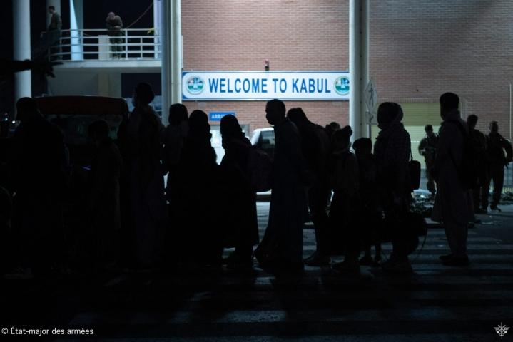 Afganistanissa ihmisiä on yrittänyt päästä pois maasta Kabulin lentokentän kautta. Lentokentälle tehtiin isku torstaina. LEHTIKUVA / AFP