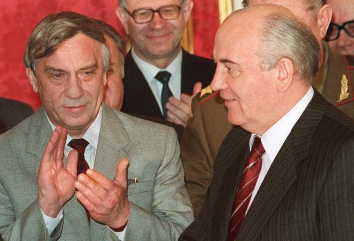 19. elokuuta 1991 ilmoitettiin, että Krimillä lomaileva presidentti Mihail Gorbatshov (oik.) oli sairastunut. LEHTIKUVA / AFP