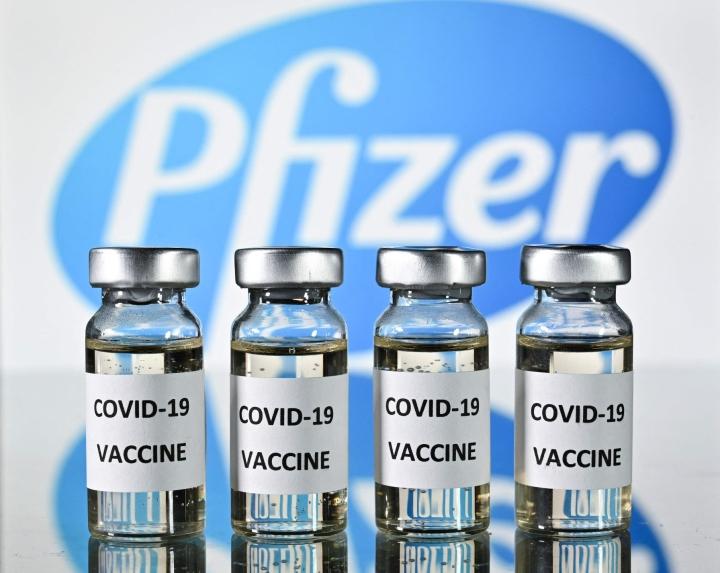 Yhdysvalloissa maan lääkeviranomainen FDA antoi maanantaina täyden käyttöluvan Pfizerin ja Biontechin koronarokotteelle. LEHTIKUVA/AFP