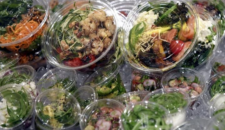Direktiivi koskee pillien ja pumpulipuikkojen lisäksi myös syömävalmiin ruuan elintarvikepakkauksia eli muun muassa take away -pakkauksia, valmissalaattien sekä valmiiden voileipien pakkauksia. LEHTIKUVA / JUSSI NUKARI