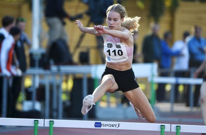 Heidi Salminen naisten 400 metrin aitajuoksussa yleisurheilun Eltsun Tähtikisoissa Helsingissä elokuussa 2020. LEHTIKUVA / JUSSI NUKARI