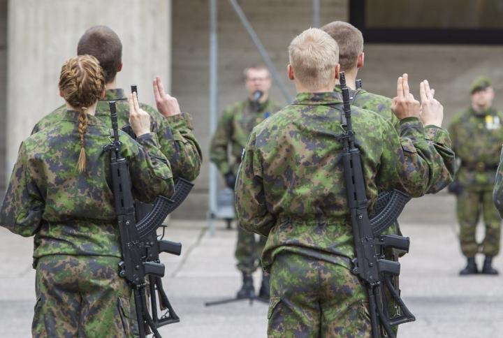 THL on ohjeistanut Puolustusvoimia, ettei muutamaan päivään rokottamisen jälkeen tehtäisi mitään fyysisesti äärimmäisen rasittavia ponnistuksia. LEHTIKUVA / Kimmo Rauatmaa