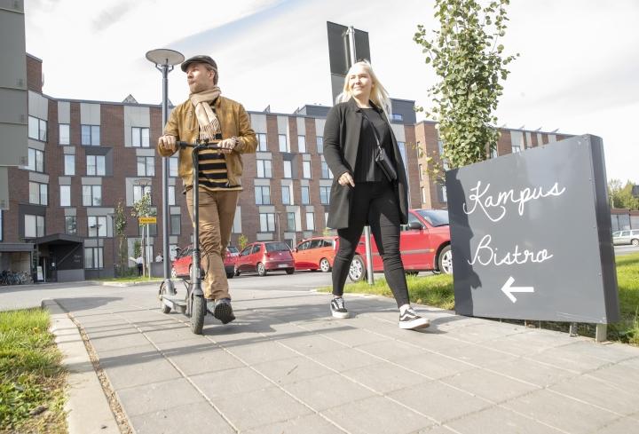 Oikeustieteiden opiskelijat Jussi Kataja ja Titta Peltonen toivovat, että jatkossa yliopisto-opetus toteutettaisiin hybridimallilla vaikka korona väistyisikin.