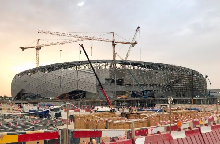 Siirtotyöläiset ovat muun muassa olleet rakentamassa jalkapallostadionia Qatarin pääkaupunkiin Dohaan vuoden 2022 miesten jalkapallon MM-kisoja varten. Kuva rakennustöistä on toukokuulta 2019. LEHTIKUVA/AFP