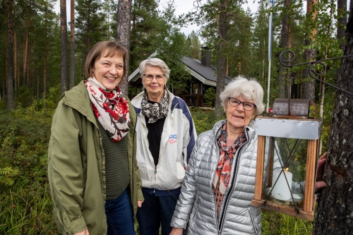 Päivi Määttä (vas), Helena Rissanen ja Ritva Ahvenainen kertovat venetsialaisten olevan yhteisöllinen tapahtuma. He toivovat, että Pyytivaaralla mahdollisimman moni sytyttäisi ulkotulen lauantai-iltana.