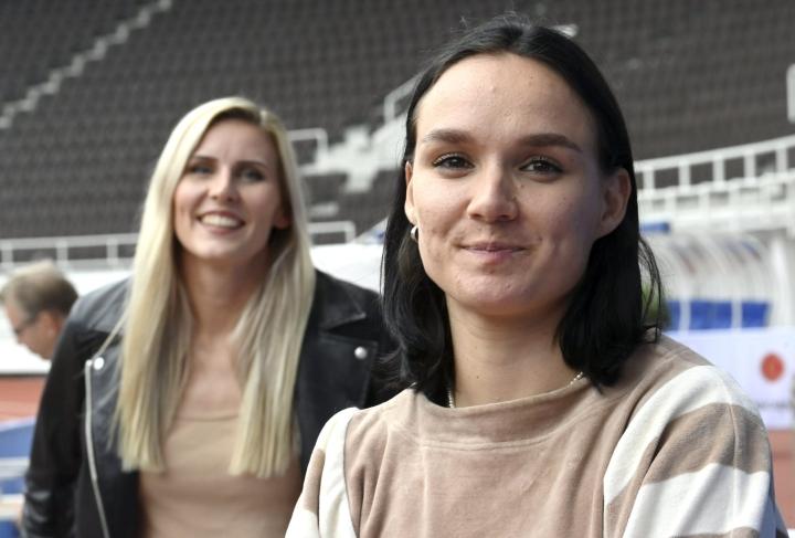 Naisten kolmiloikan tulosraja ensi vuoden EM-kisoissa on 14,25. Kuvassa Suomen kolmiloikkaajat Kristiina Mäkelä (vas.) ja Senni Salminen. LEHTIKUVA / Jussi Nukari