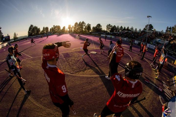 Hiukan stadionilla ilta-aurinko häikäisi kotipesää illan hämärtyessä. Sotkamon Jymy oli todella hienossa ottelussa niukasti parempi. Puolivälieräsarja jatkuu sunnuntaina Mehtimäen pesäpallostadionilla.