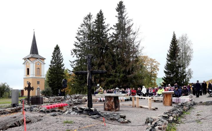 Arkistokuva Kiihtelysvaaran kirkon raunioilta huhtikuulta 2021.
