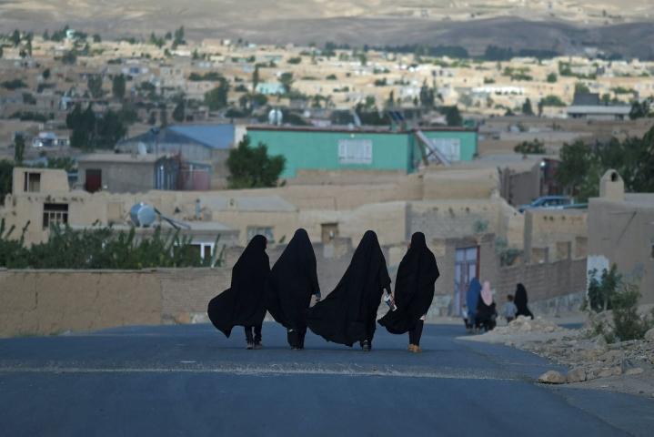 Afganistanissa Taleban-äärijärjestö sanoo, että naisten oikeudet toteutuvat maassa islamilaisen sharia-lain mukaisesti. Kuvassa afganistanilaisia naisia Ghaznin kaupungissa heinäkuussa. LEHTIKUVA/AFP