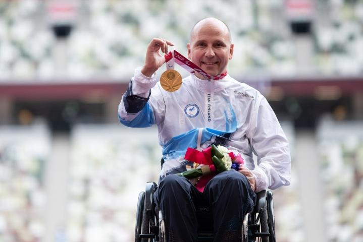 Toni Piispanen kelasi paralympiakultaa Tokiossa. Piispanen palkintojenjaossa. LEHTIKUVA / HANDOUT / HARRI KAPUSTAMÄKI / KIHU