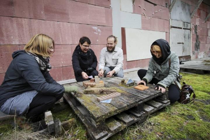 Piia Lieste, Ritva Kokko-Lehto, Ilai Lehto ja Mari Kortelainen istahtivat hetkeksi pelaamaan ja sommittelemaan Liesteen kokoamaa asetelmapeliä.