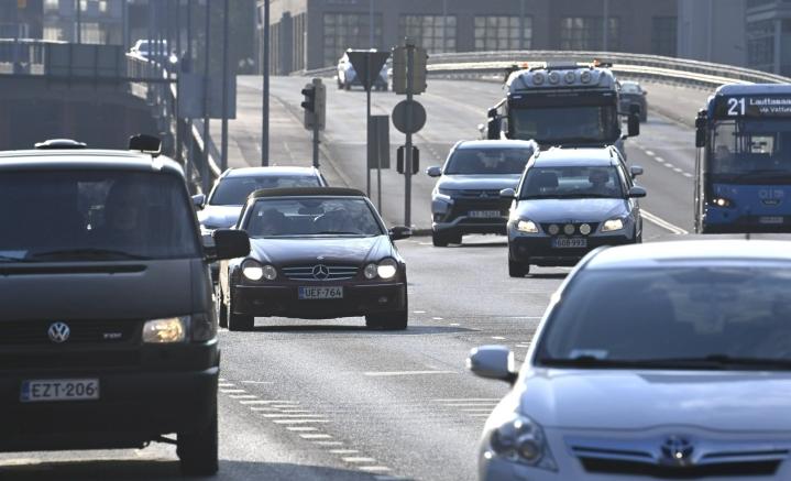 Päästöt vähenivät muun muassa tieliikenteessä. LEHTIKUVA / HEIKKI SAUKKOMAA