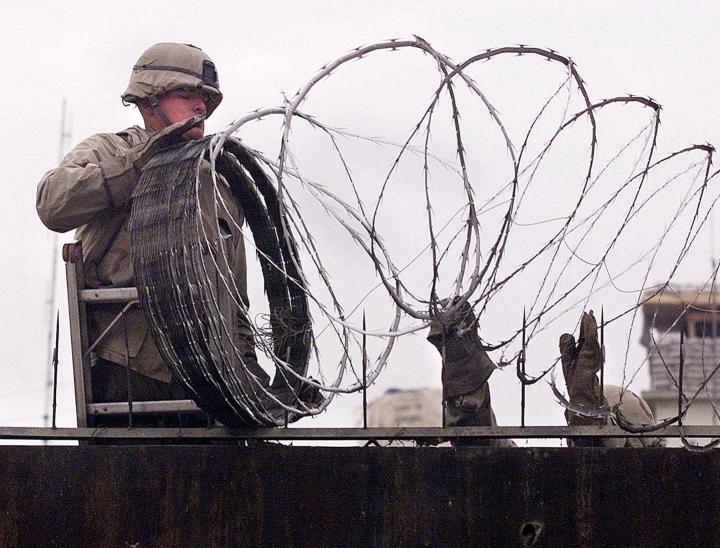 Sotilas turvaa Yhdysvaltojen suurlähetystöä Kabulissa.