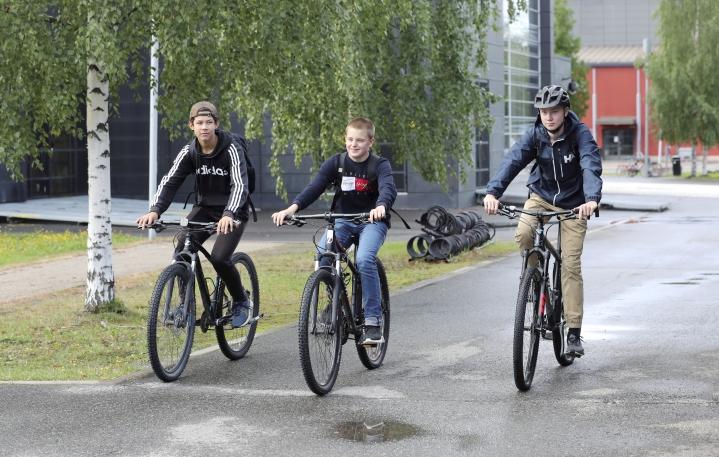Kahdeksasluokkalaiset Aaro Hwang, Verneri Vainikainen ja Topias Partinen kulkevat koulumatkat yleensä pyörällä.