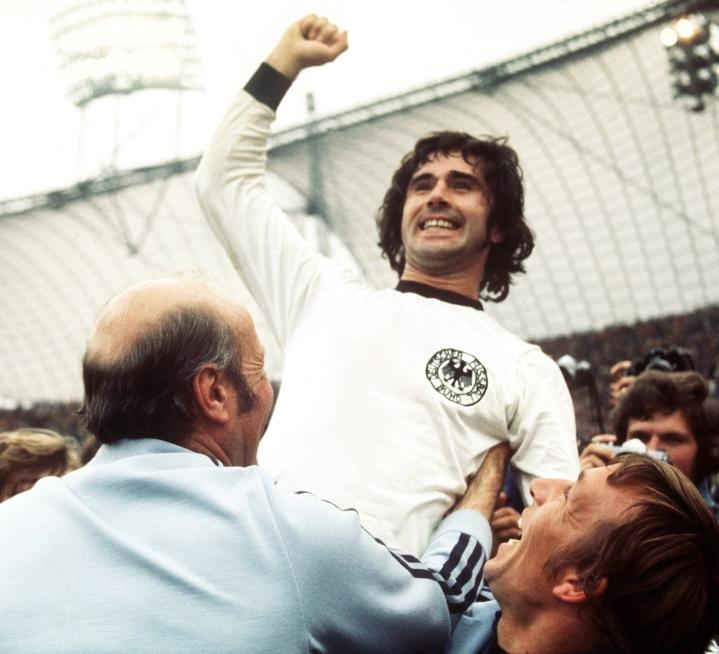 Gerd Müller teki 365 liigamaalia. Kuvassa hän juhlii Länsi-Saksan MM-kilpailujen finaalin voittoa 1974. (Korjattu kuvatekstistä maailmancup MM-kilpailuksi sekä Saksa Länsi-Saksaksi.) LEHTIKUVA/DPA