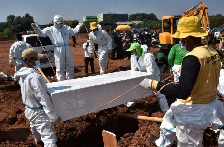 Koronavirukseen liittyvistä syistä on kuollut pandemian aikana virallisten tietojen mukaan yli 4,3 miljoonaa ihmistä. LEHTIKUVA/AFP