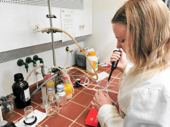 Annika Borg tutkii työkseen entsyymejä. Tutkimustuloksia voidaan hyödyntää esimerkiksi lääkkeiden kehittämisessä.