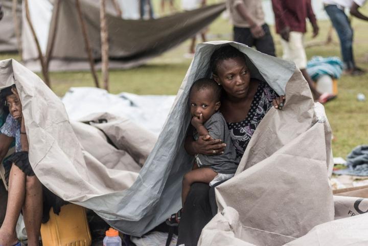 Kotinsa menettäneet ihmiset ovat yöpyneet tilapäismajoituksessa. Pelastustöiden jatkuessa Haitille iski kaiken päälle trooppinen myrsky Grace, joka toi mukanaan ankaraa tuulta ja kaatosadetta. LEHTIKUVA/AFP