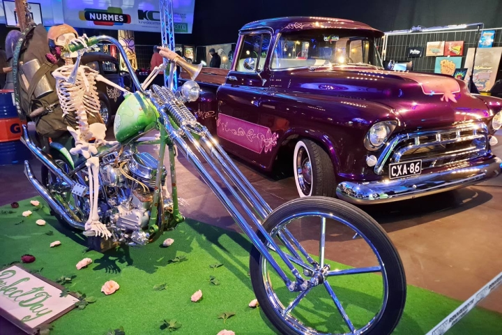 Kustom kulture osaston helmiä: vanha Harley Davidson ja Chevy Stepside 1956.