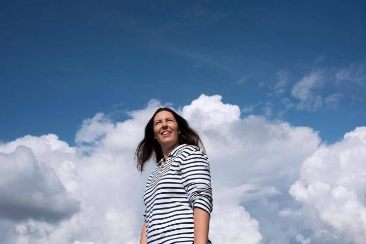 Talousvalmentaja Jenni Selosmaa pitää oman tasapainonsa kulmakivinä muun muassa hyviä ihmissuhteita ja vapaaehtoistyötä.
