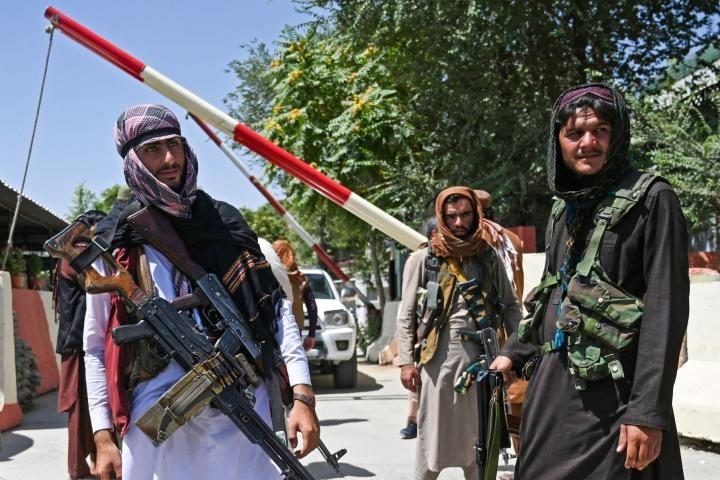 """Taleban-äärijärjestö kehotti Afganistanin hallinnon työntekijöitä """"jatkamaan rutiinielämäänsä täysin luottavaisesti"""". LEHTIKUVA/AFP"""
