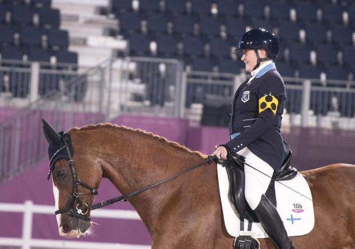 Katja Karjalainen ja hevosensa Dr Doolittle onnistuivat mainiosti Tokion paralympialaisten kouluratsastuksen luokassa I, kun ratsukko ylsi henkilökohtaisessa ohjelmassa kuudenneksi. LEHTIKUVA / handout / Lauri Jaakkola / Paralympiakomitea