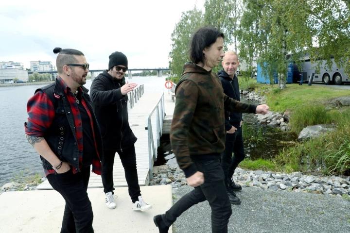 Happoradio eli Markku DeFrost (vas.), Aki Tykki, AH Haapasalo ja Jatu Motti valmistautumassa Joen yön keikkaansa. Kosketinsoittaja Klaus Suominen ei ehtinyt kuvaan.