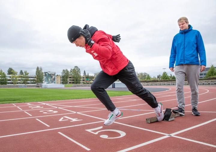 Santeri Örn on noussut Suomen parhaiden pikajuoksijoiden joukkoon Jarno Tenhusen valmennuksessa. Kaksikko toivoi keskiviikkona Joensuun keskuskentällä, että sää lämpenisi loppuviikoksi.