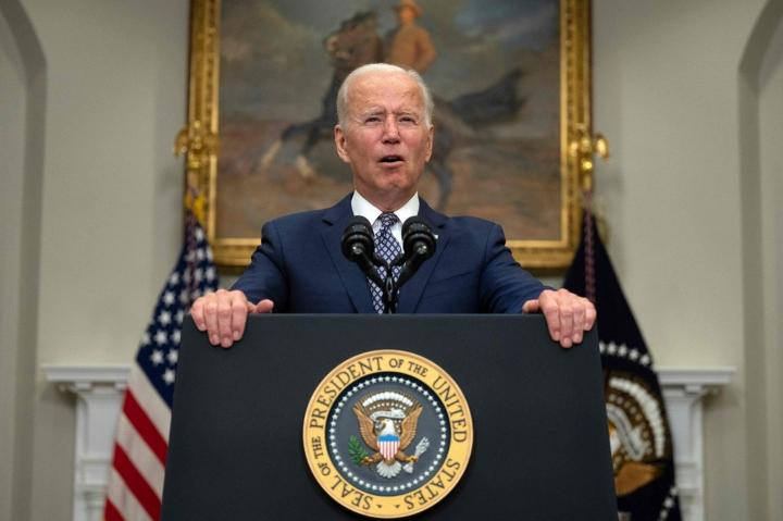 Presidentti Bidenin mukaan Yhdysvallat aikoo pitäytyä suunnitelmassa saada joukkonsa vedettyä Afganistanista elokuun loppuun mennessä. Hänen mukaansa evakuoinnit on tehtävä pikaisesti terroristihyökkäysten kasvavan uhan vuoksi. LEHTIKUVA/AFP