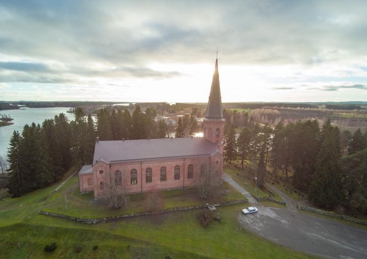 Liperin kirkossa kuullaan tenori Reijo Ikosta, harpisti Ulla-Stina Ikosta ja sopraano Talvikki Attila-Pekosta.