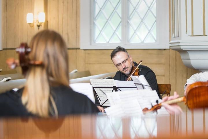 Utran helmi -kamarimusiikkipäivien konsertissa esiintyi muun muassa Huba Hollóköi. Kuvassa viulisti kuvattuna vuonna 2020.