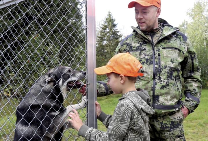 Venäläinen ottaa seitsemänvuotiaan poikansa mukaan metsälle heti, kun hän oppii lukemaan ja suorittaa metsästyskortin.